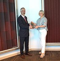 Onduline Genel Müdürü Fulya Özgül'e Yılın Profesyoneli Ödülü'nü Takdim Ettik